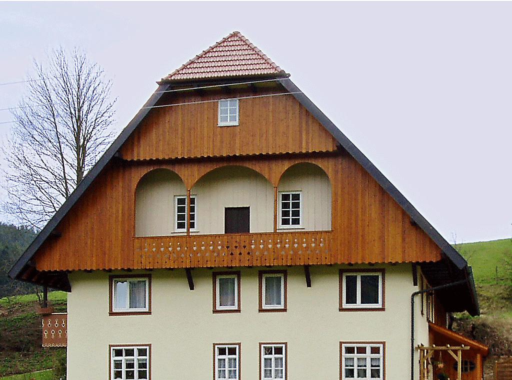 Holzfassade Deckelschalung identisch nach alter Schalung erneuert