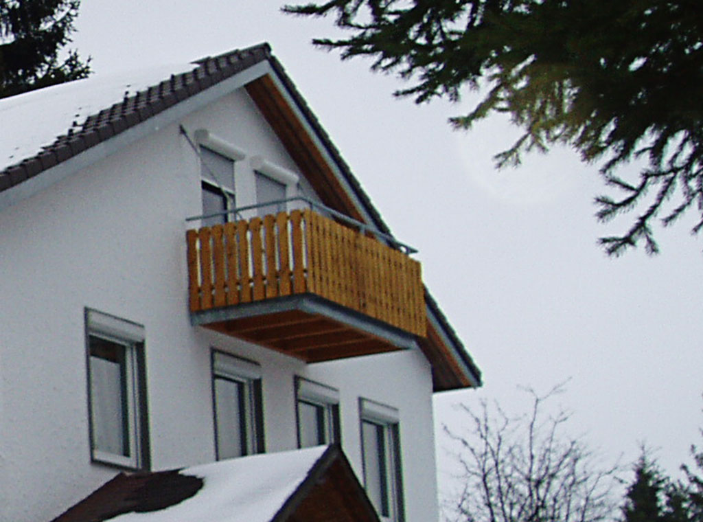 Nachträglich angehängter Balkon mit seitlichen Zugstäben befestigt